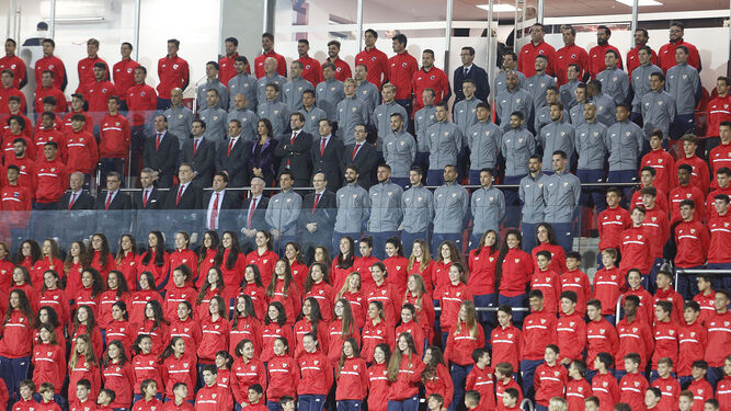 La sonrisa contagiosaImagen del primer equipo y el consejo de administración del Sevilla en el novísimo palco de la ciudad deportiva, rodeados por los otros 24 equipos del club.