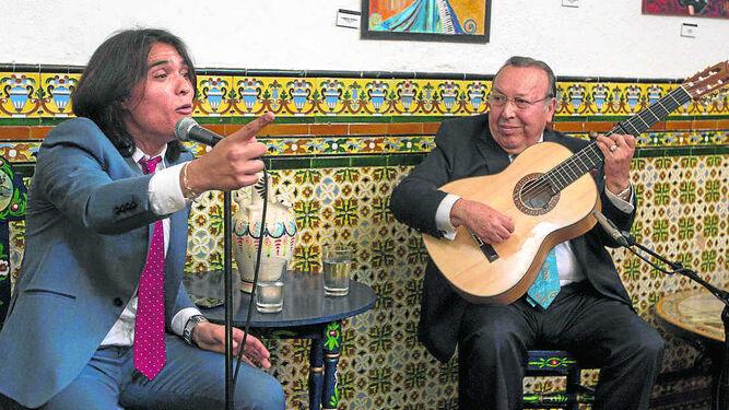 El cantaor con Paco Cepero a la guitarra, en la Venta de Vargas.