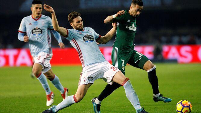 Sergió León intenta llevarse una pelota.
