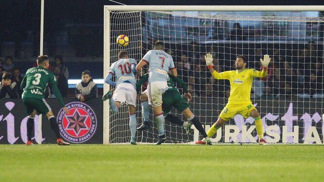 Aspas remata a puerta en el primer gol.