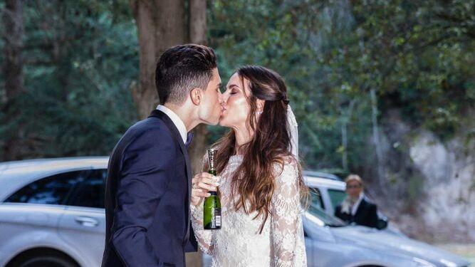 El día de su boda (izqda.) y fotos colgadas en su Instagram.