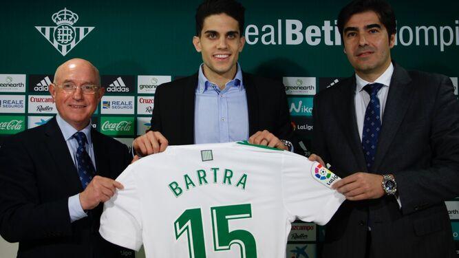 Bartra, en el centro, junto a Serra Ferrer y Haro