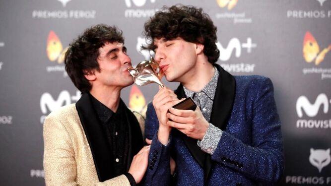 Calvo y Ambrossi besan su premio Feroz a Mejor Película.