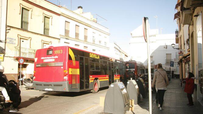 Uno de los muchos autobuses que pasan por la Puerta del Osario.