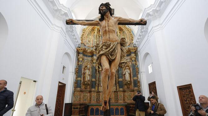 El Cristo de la Agonía en la capilla de Afuera del Monasterio de la Cartuja, ante el retablo barroco de la Virgen de las Cuevas.
