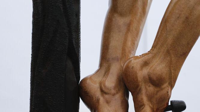Detalle de los pies del Cristo.