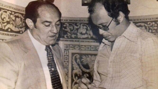 Luis Cid Carriega atiende a Luis Carlos Peris, en mayo del 78, en la secretaría del Sevilla en la calle Harinas.