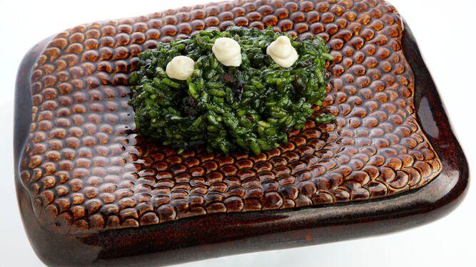 Dos platos del chef: arroz meloso de plancton (i.) y el entrante 'A qué sabe el océano'.