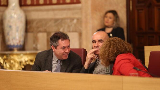 El alcalde Juan Espadas, junto a los ediles Antonio Muñoz y Adela Castaño, en el Pleno