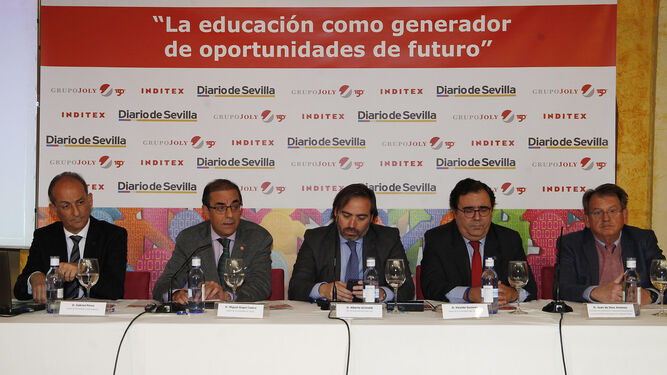 Antonio Pascual, de Endesa; Vicente Guzmán; la directora general de Economía del Ayuntamiento de Sevilla, Esperanza Caro; y Aurelio Trujillo, de Telefónica.