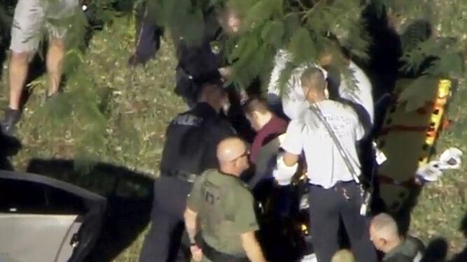 Alumnos del Marjory Stoneman Douglas High School de la ciudad de Parkland, al sureste de Florida, durante la evacuación.