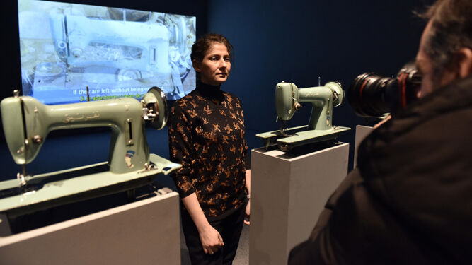 Ala Younis (Kuwait, 1974), entre dos de las máquinas de coser de 'Nefertiti'.