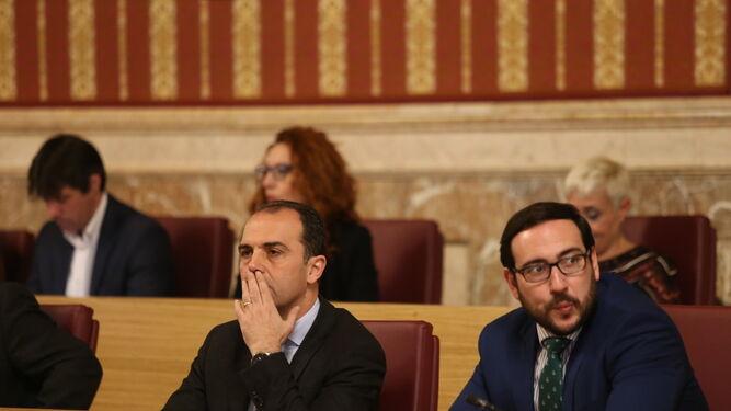 Los ediles de Ciudadanos Millán y Moraga durante la sesión plenaria para aprobar las cuentas.