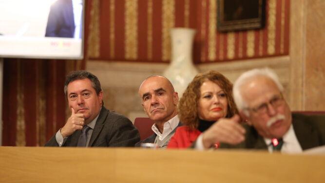 Espadas escucha la intervención de Castillo junto a los concejales socialistas Muñoz y Castaño.