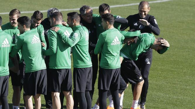 Bromas entre los jugadores y cuerpo técnico durante el entrenamiento