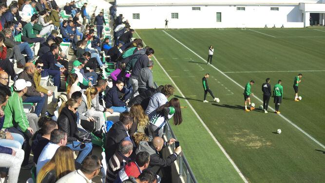 Las gradas de la ciudad deportiva llenas de aficionados aprovechando la sesión a puertas abiertas