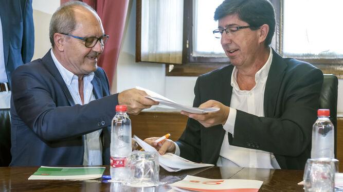 Juan Cornejo y Juan Marín firman el acuerdo para reformar el impuesto de Sucesiones en septiembre de 2017.
