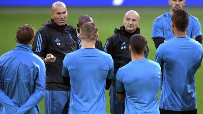 Zidane da instrucciones a sus futbolistas durante una charla antes de comenzar el entrenamiento.