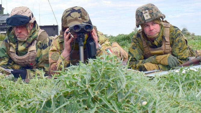Uno de los equipos especiales ACAF,  integrado por un infante de marina español, otro italiano y un tercero estadounidense (de izda. a dcha.) estima la ubicación de un blanco prioritario.
