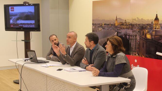 El delegado Antonio Muñoz con su equipo del Consorcio de Turismo.
