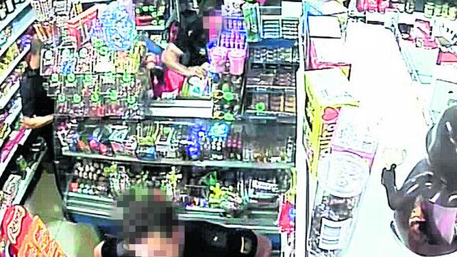 EL DINERO SE COLOCA EN UNA CAJA.  El policía almacena el dinero en una caja de plástico amarilla, que luego ofrece a la mujer. Ésta lo rechaza indicándole que la ponga en un lado del escalón.