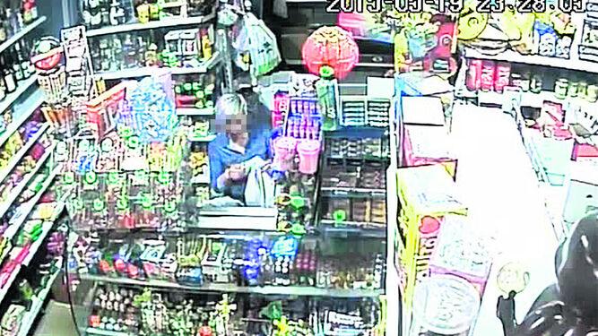 LA MUJER GUARDA LOS BILLETES.  En este fotograma aparece la mujer manipulando la bolsa en la que los policías le han dejado el dinero tras contarlo.