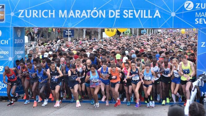 Multitudinaria salida del Maratón de Sevilla