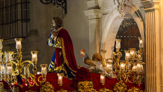 El paso de San Pedro y el gallo antes de finalizar su etación de penitencia por las calles estepeñas la noche del Martes Santo.