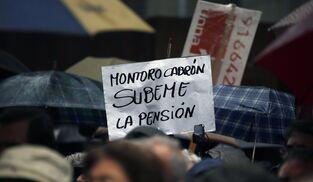 Cientos de pensionistas protestan por la congelación de pensiones en Madrid.