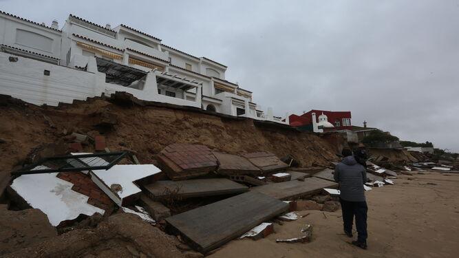 Daños ocasionados por el temporal en la playa de El Portil.
