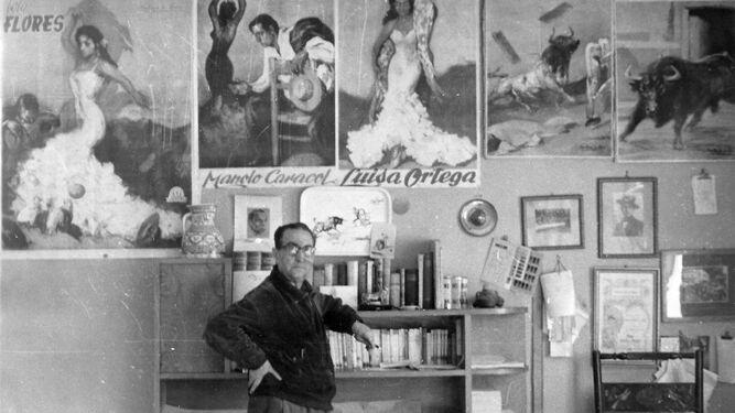 Andrés Martínez de León posa en su estudio, rodeado de carteles de Lola Flores, Manolo Caracol y Luisa Ortega.