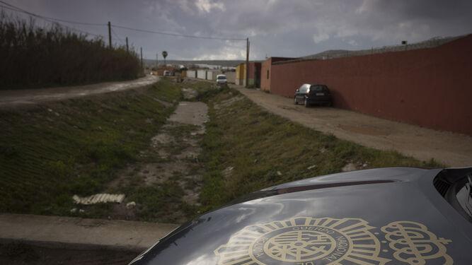 Un patrullero de la Policía atraviesa una calle del Zabal, donde se encuentran los almacenes de droga.