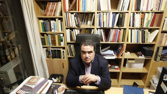 Álvaro Pastor, en su domicilio, durante un momento de la entrevista.