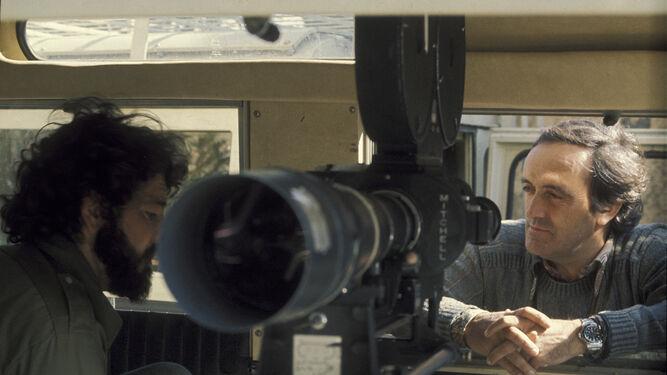Félix Rodríguez de la Fuente con una de las cámaras de cine de 'El hombre y la tierra'.