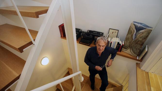 Francisco Barrionuevo, arquitecto, poeta y traductor, en su casa de la calle Baños.