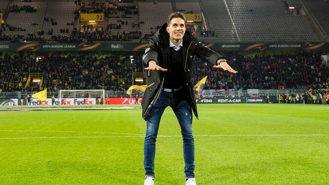 Bartra se dirige a la afición Dortmund.