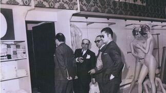 Ramón Areces, en la previa de apertura, junto a los maniquíes.