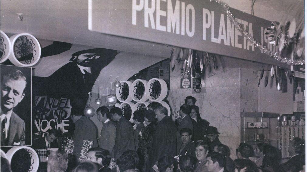 Manuel Ferrand firma ejemplares tras ganar el Planeta.