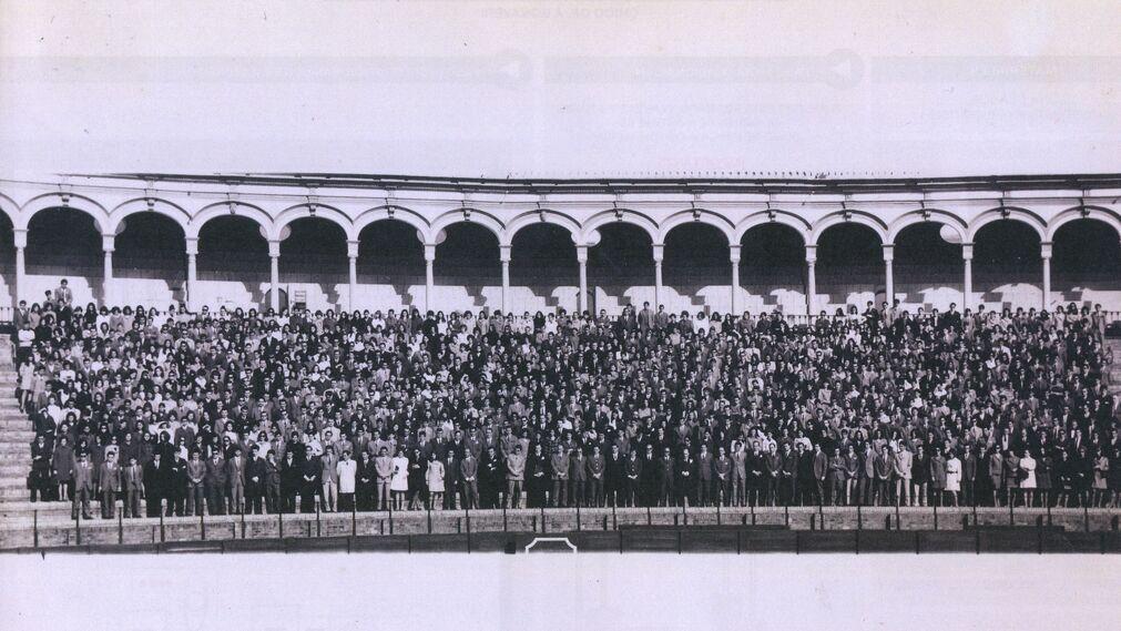 Los empleados en la plaza de toros tras la apertura.