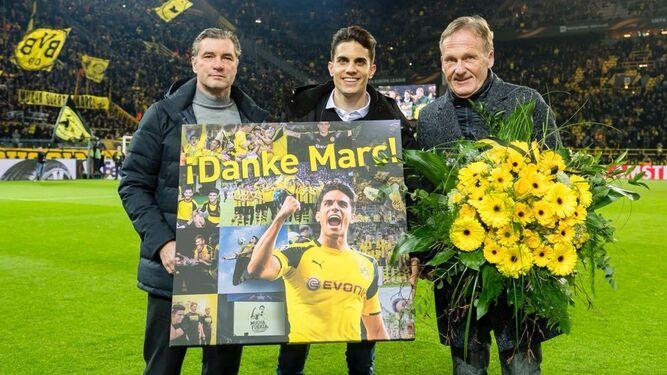 Bartra recibe un cuadro con imágenes suyas y un ramo de flores amarillas.