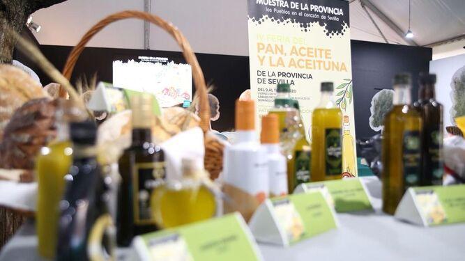 Varias imágenes de los productos que se pueden degustar y comprar en la feria instalada en el patio de la Diputación. Abajo, el presidente de la Diputación en la inauguración del evento.