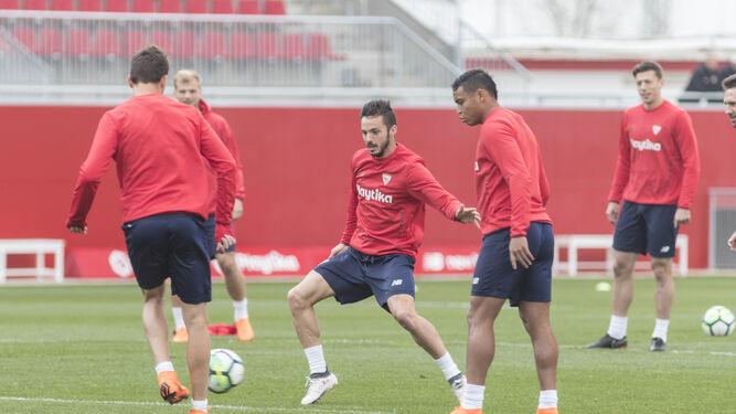 Franco Vázquez (de espaldas), Sarabia y Muriel disputan un balón en la sesión de este viernes.