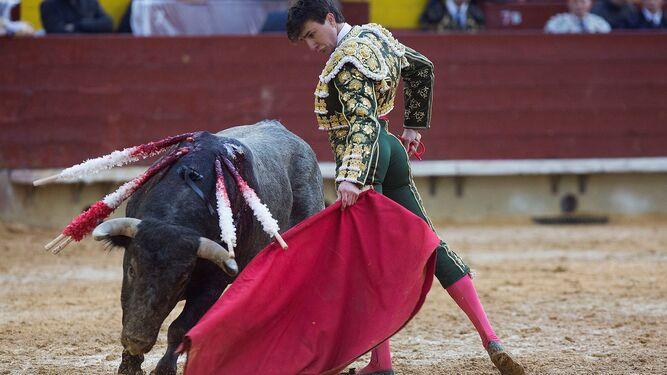 Varea, en un muletazo a uno de sus toros de Victorino, ayer, en Castellón.