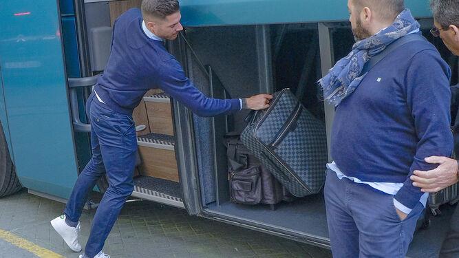 Javi García guarda la maleta en el autobús del club.