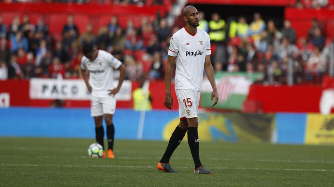 N'Zonzi, en primer plano, se lamenta junto a Muriel de la suerte del Sevilla en el partido ante el Valencia.