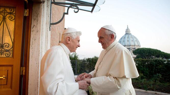 Francisco saluda a Benedicto XVI en el monasterio Mater Ecclesiae del Vaticano el 23 de diciembre de 2013.