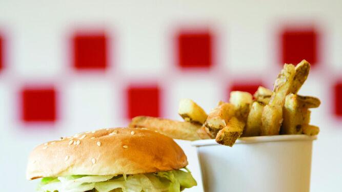 Una hamburgesa y sus patatas fritas de Five Guys.