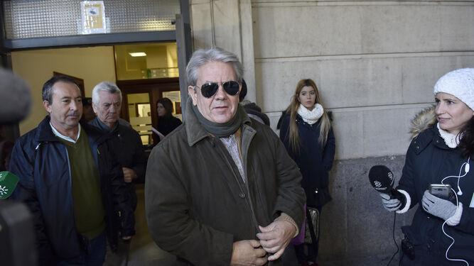 Enrique Filgueras sale de los juzgados el pasado 4 de diciembre. A su derecha, le sigue Antonio Velarde.