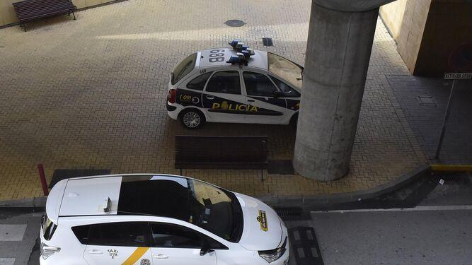 Un patrullero de la Policía Nacional junto a dos taxis en San Pablo.