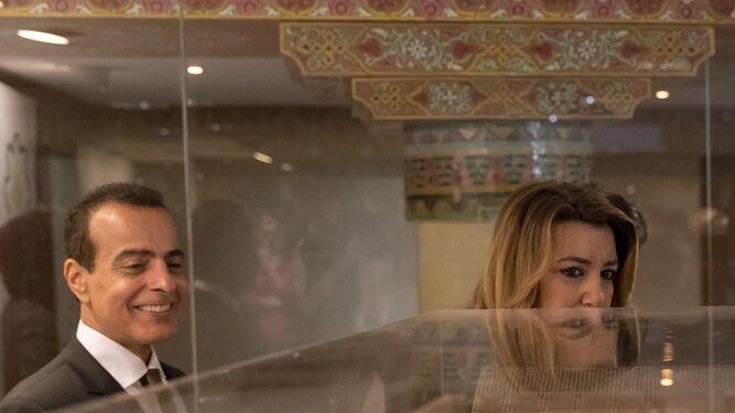 1. El embajador de Qatar en España, Mohammed Al Kuwari, y Susana Díaz, durante la visita a la exposición de libros. 2. El embajador de Qatar, en la inauguración de la I Feria del Libro Hispano Árabe en Sevilla.